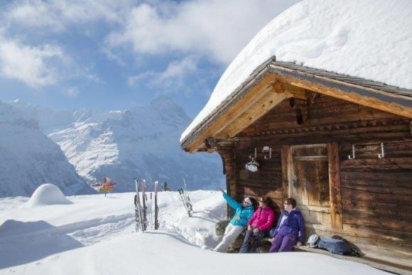 Koniec ferii, ale nie wyjazdów w Alpy Podróże, LIFESTYLE - Gdzie warto pojechać na narty teraz, bo w szczycie sezonu jest za drogo? Jakie miejsca w Szwajcarii i Francji gwarantują najlepsze warunki do uprawiania sportów zimowych?