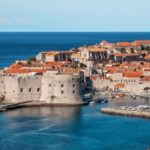 Sezonowe porównanie cen noclegów w Europie – czy wakacje zawsze są droższe?